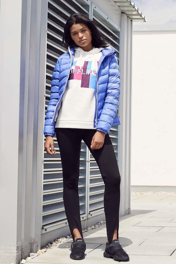 Bench — dámská modrá prošívaná bunda do pasu s kapucí — bílá mikina s kapucí — černé boty