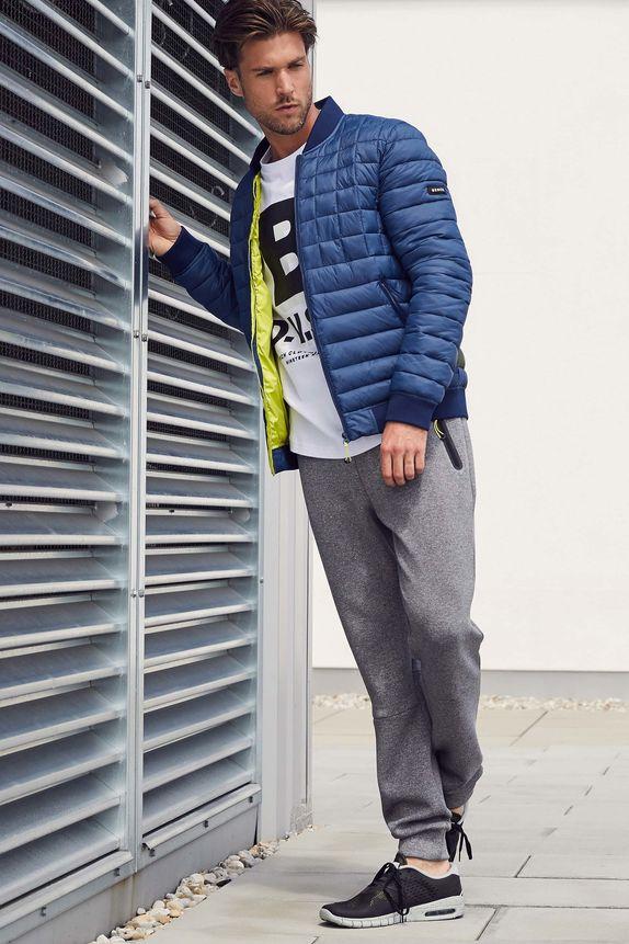 Bench — pánská jarní modrá prošívaná bunda bez kapuce — šedé tepláky