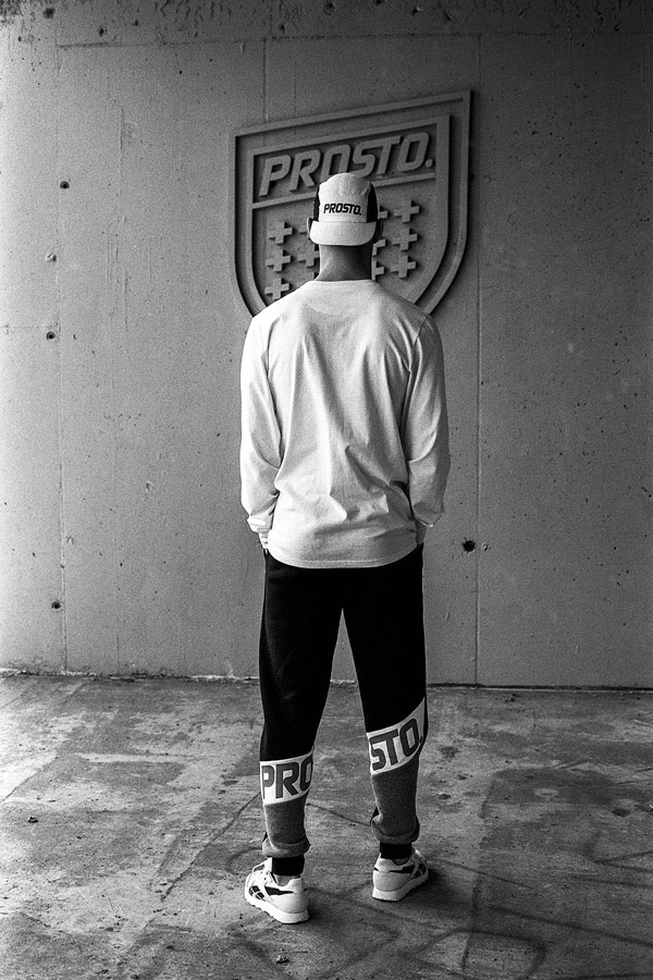 Prosto — pánské bílé tričko s dlouhým rukávem — černo-bílá kšiltovka pětipanelka — černé joggers tepláky
