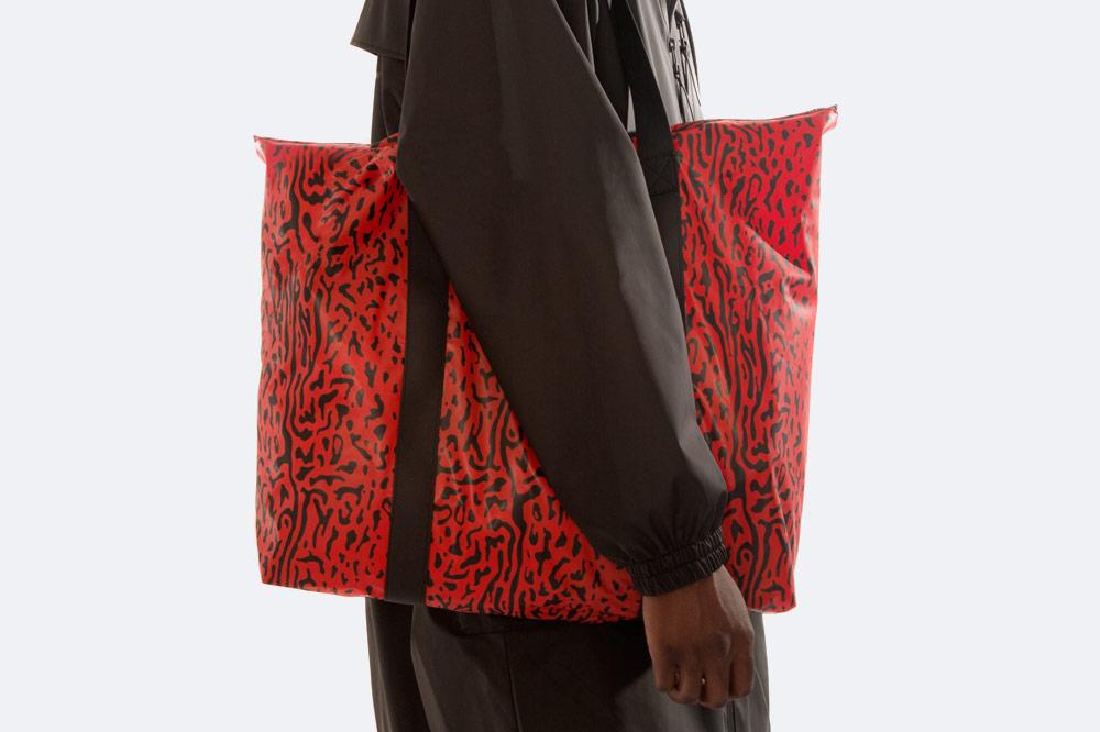 Rains x Opening Ceremony — nepromokavá taška — červená s černým vzorem — rainbag