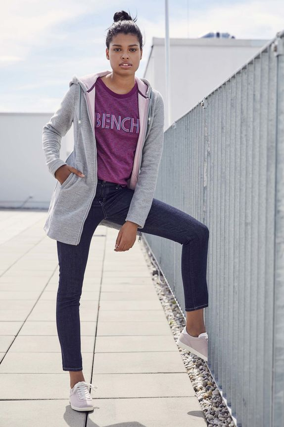 Bench — dámské fialové tričko — dámská šedá mikina s kapucí — modré džíny