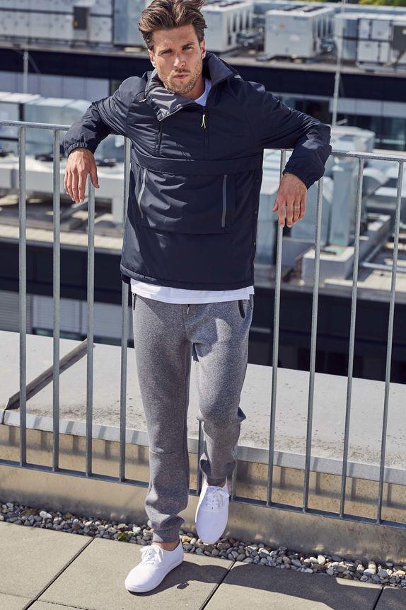 Bench — pánská bunda přes hlavu — modrý pullover — šedé tepláky