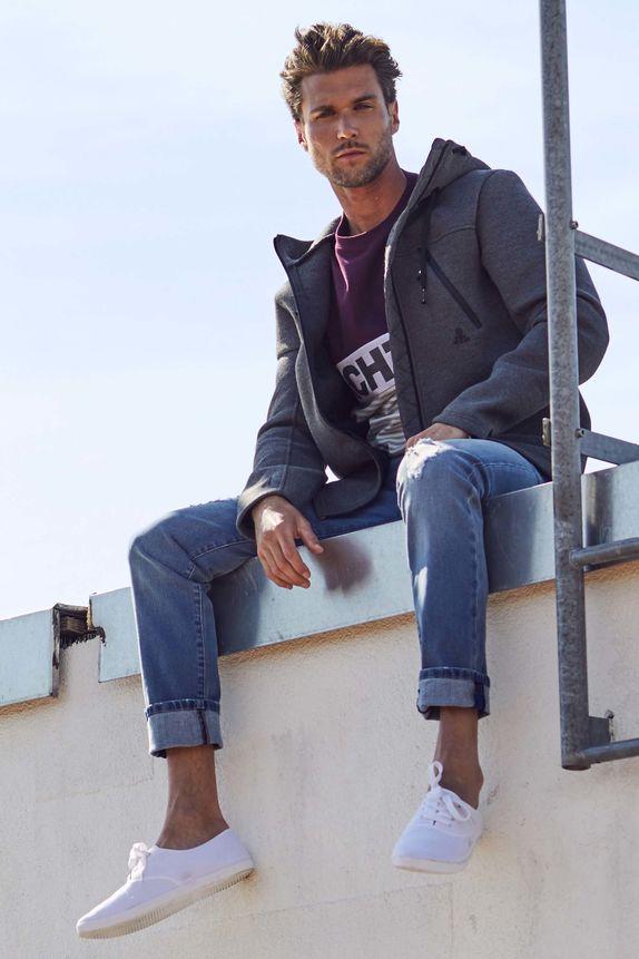 Bench — šedá jarní bunda s kapucí — modré jeansy