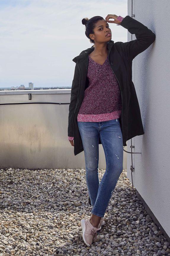 Bench — dámský fialový svetr — dámská černá parka s kapucí — modré jeansy