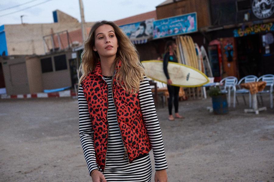 Femi Stories — dámská prošívaná červená vesta s leopardím vzorem — letní proužkované černo-bílé šaty