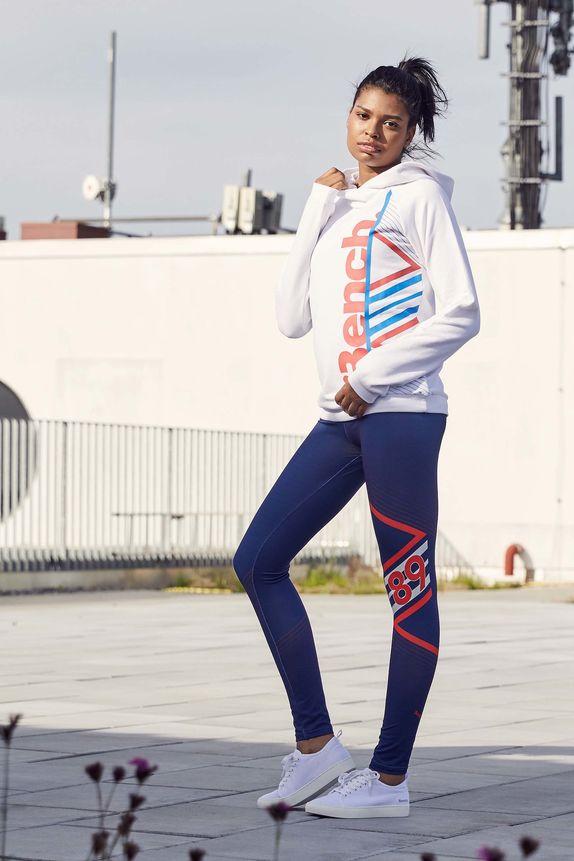 Bench — dámská sportovní bílá mikina s kapucí — modré sportovní legíny — bílé tenisky