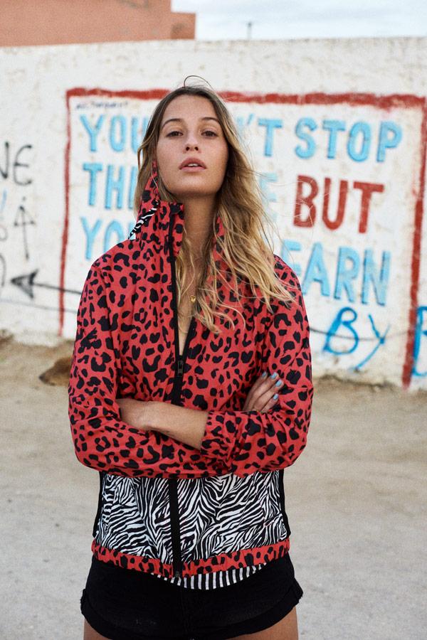 Femi Stories — dámská červeno-bílá letní bunda s kapucí s leopardím a zebřím vzorem