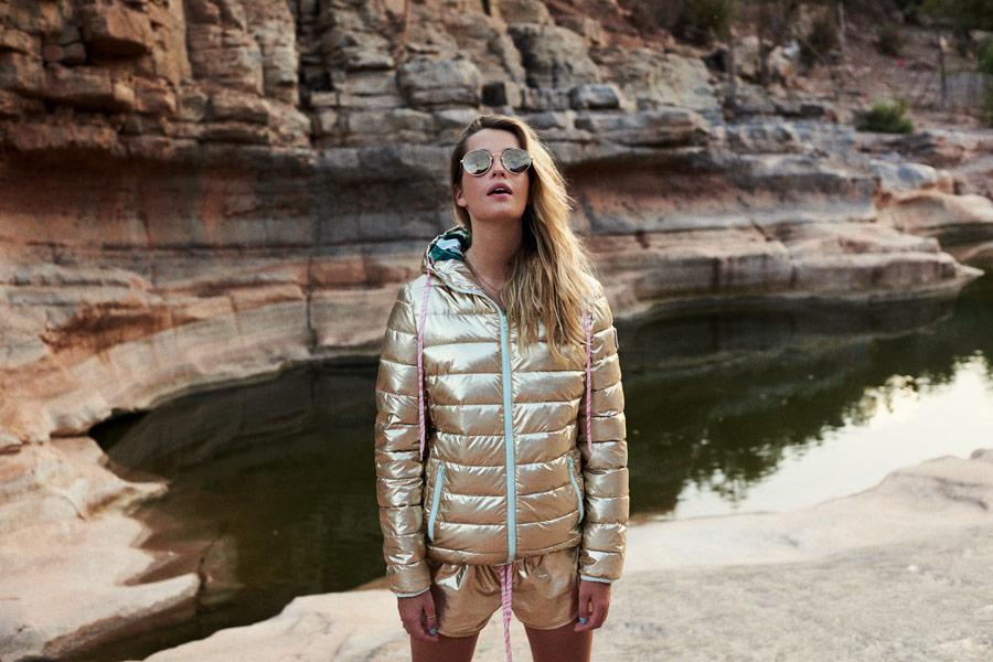 Femi Stories — prošívaná zlatá dámská bunda s kapucí