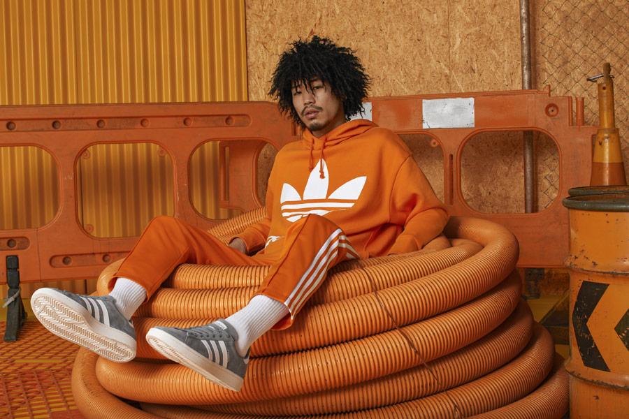 adidas Originals adicolor — oranžová pánská mikina s kapucí — oranžové tepláky — šedé boty Campus — sportovní oblečení — podzim/zima 2018 — sportswear