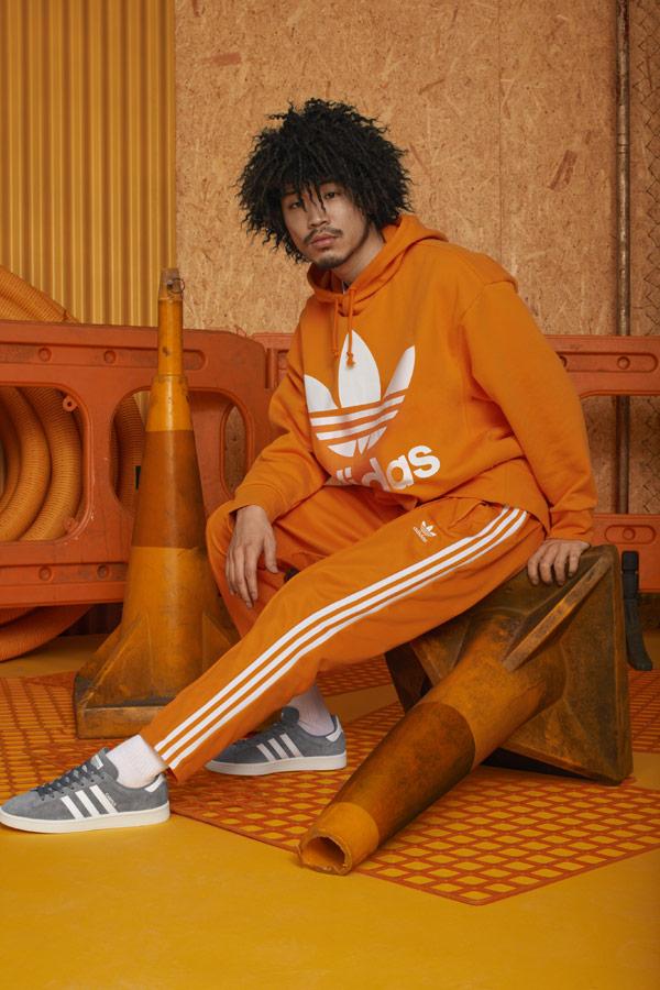 adidas Originals adicolor — šedé boty Campus — oranžové tepláky — oranžová pánská mikina s kapucí — sportovní oblečení — podzim/zima 2018 — sportswear