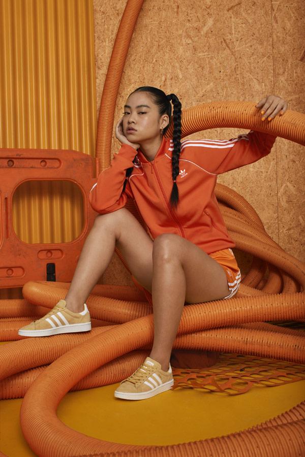 adidas Originals adicolor — béžovo-žluté tenisky Campus — dámská oranžová tepláková bunda na zip bez kapuce — sportovní oblečení — podzim/zima 2018 — sportswear