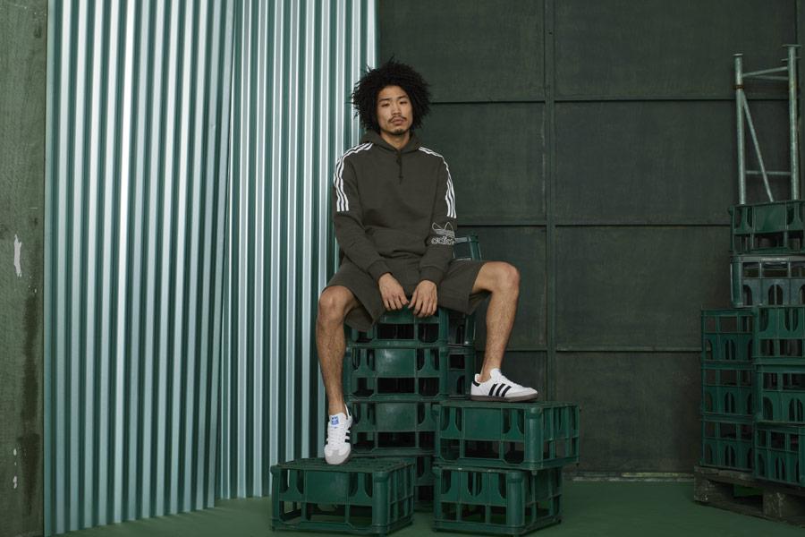 adidas Originals adicolor — hnědo-zelená pánská mikina s kapucí — hnědo-zelené pánské šortky — bílé tenisky Samba — sportovní oblečení — podzim/zima 2018 — sportswear
