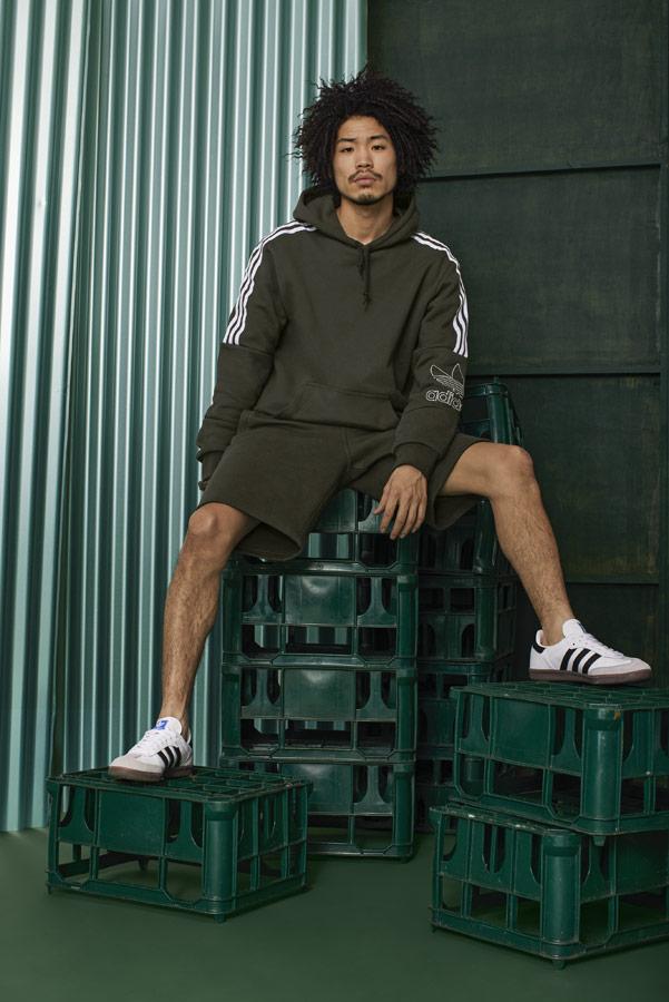 adidas Originals adicolor — bílé tenisky Samba — hnědo-zelené pánské šortky — hnědo-zelená pánská mikina s kapucí — sportovní oblečení — podzim/zima 2018 — sportswear