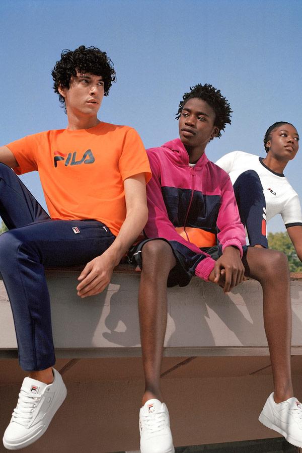 Fila — pánské oranžové tričko — modré tepláky — růžová mikina s kapucí — sportovní oblečení — lookbook — jaro/léto 2018
