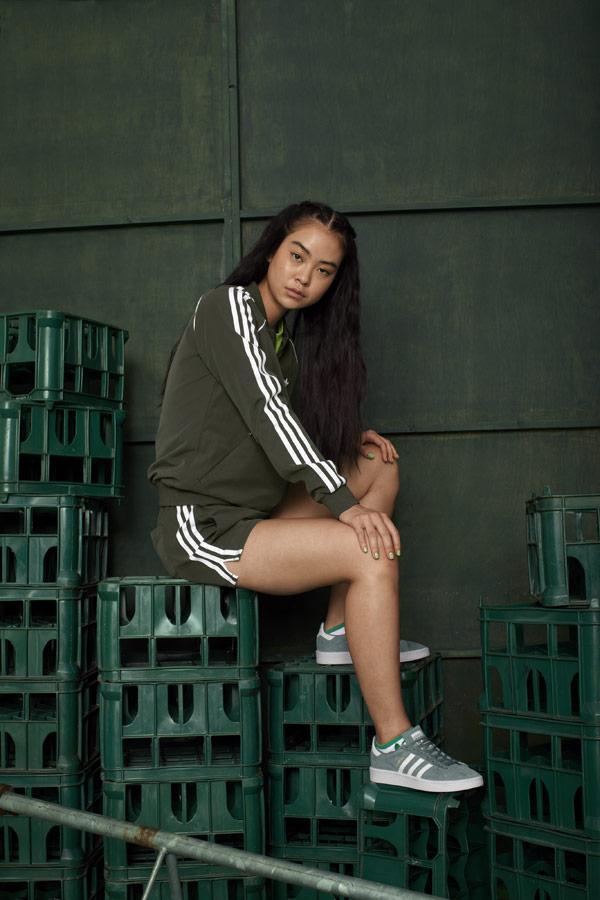 adidas Originals adicolor — hnědo-zelené dámské šortky — hnědo-zelená dámská mikina bez kapuce — zelené boty Campus — sportovní oblečení — podzim/zima 2018 — sportswear