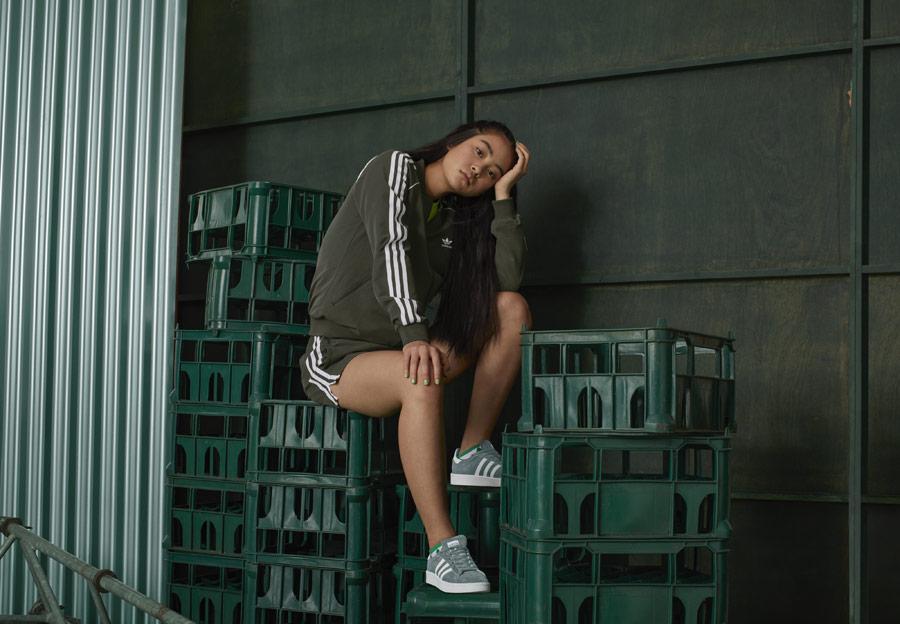 adidas Originals adicolor — zelené boty Campus — hnědo-zelená dámská mikina bez kapuce — hnědo-zelené dámské šortky — sportovní oblečení — podzim/zima 2018 — sportswear