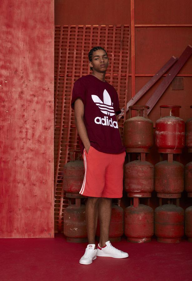 adidas Originals adicolor — pánské vínové tričko — pánské oranžové šortky — bílé tenisky Stan Smith — sportovní oblečení — podzim/zima 2018 — sportswear