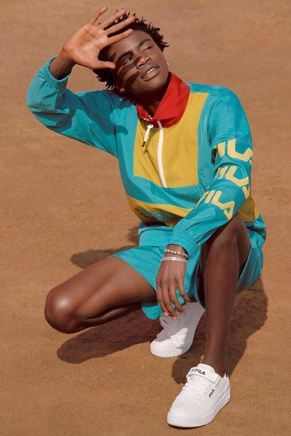 Fila — modrá šusťáková bunda se stojáčkem — modré šusťákové šortky — bílé tenisky — sportovní oblečení — lookbook — jaro/léto 2018