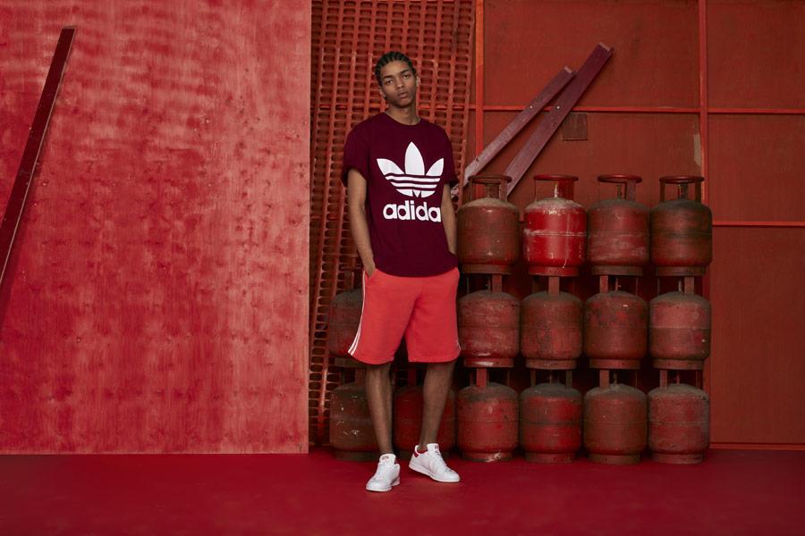 adidas Originals adicolor — bílé tenisky Stan Smith — pánské oranžové šortky — pánské vínové tričko — sportovní oblečení — podzim/zima 2018 — sportswear