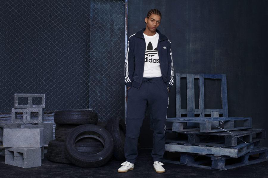 adidas Originals adicolor — dámské tmavě modré tepláky — dámská tmavě modrá tepláková bunda se stojáčkem — bílé tenisky Samba Recon — sportovní oblečení — podzim/zima 2018 — sportswear