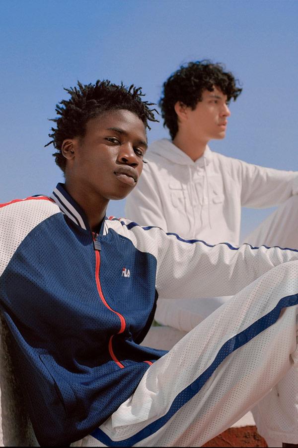 Fila — modrá síťovaná bunda na zip — bílé síťované tepláky — sportovní oblečení — lookbook — jaro/léto 2018