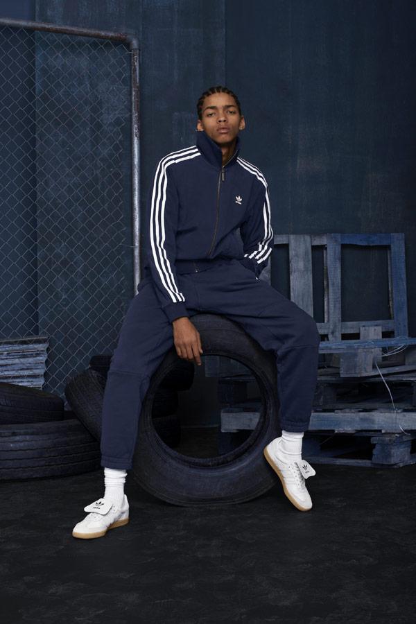 adidas Originals adicolor — pánská tmavě modrá tepláková souprava — bílé tenisky Samba Recon — sportovní oblečení — podzim/zima 2018 — sportswear
