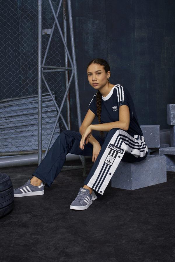 adidas Originals adicolor — dámské tmavě modré široké tepláky s druky — modré tenisky Campus — dámské modré tričko — sportovní oblečení — podzim/zima 2018 — sportswear