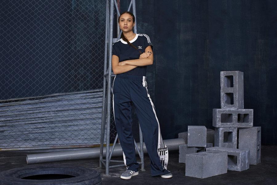 adidas Originals adicolor — dámské modré tričko — dámské tmavě modré široké tepláky s druky — modré tenisky Campus — sportovní oblečení — podzim/zima 2018 — sportswear