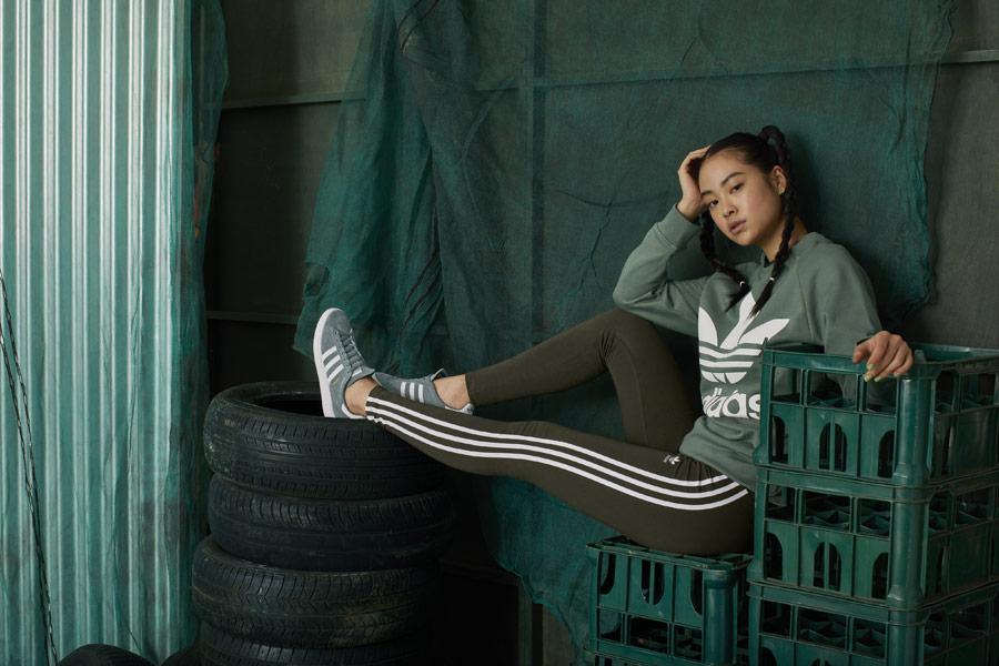 adidas Originals adicolor — dámská zelená mikina bez kapuce — zelené legíny — zelené tenisky Campus — sportovní oblečení — podzim/zima 2018 — sportswear