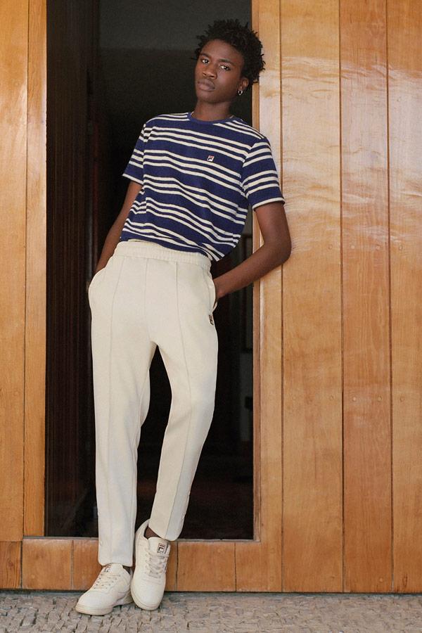 Fila — bílé pánské kalhoty s puky — modro-bílé proužkované tričko — sportovní oblečení — lookbook — jaro/léto 2018