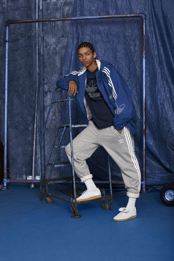 adidas Originals adicolor — pánské šedé tepláky — modrá bunda na zip s kapucí — bílé tenisky Samba Recon — sportovní oblečení — podzim/zima 2018 — sportswear