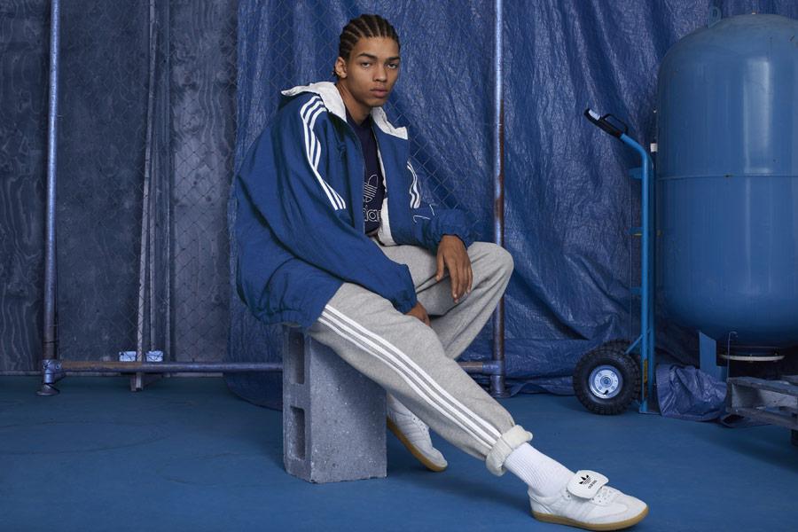 adidas Originals adicolor — bílé tenisky Samba Recon — pánské šedé tepláky — modrá bunda na zip s kapucí — sportovní oblečení — podzim/zima 2018 — sportswear
