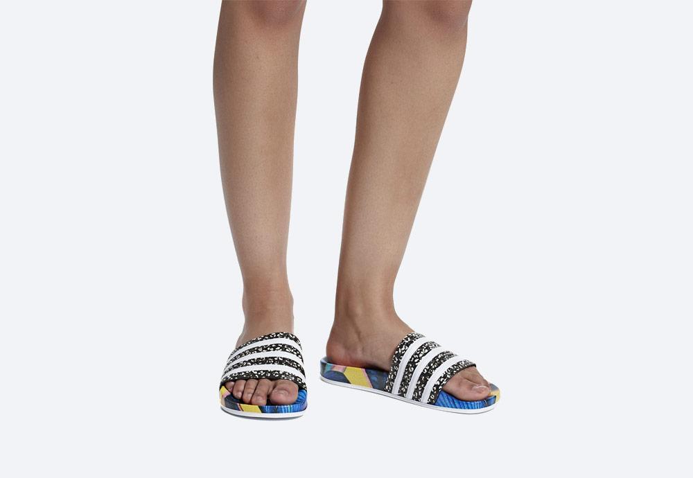 adidas Originals Adilette — letní nazouváky — dámské pantofle — modré, barevné — womens colorful slides