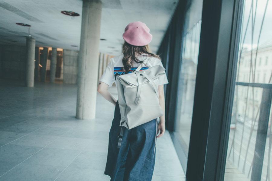 Freshlabels — udržitelná móda — sustainable — lookbook — lesklý šedý batoh