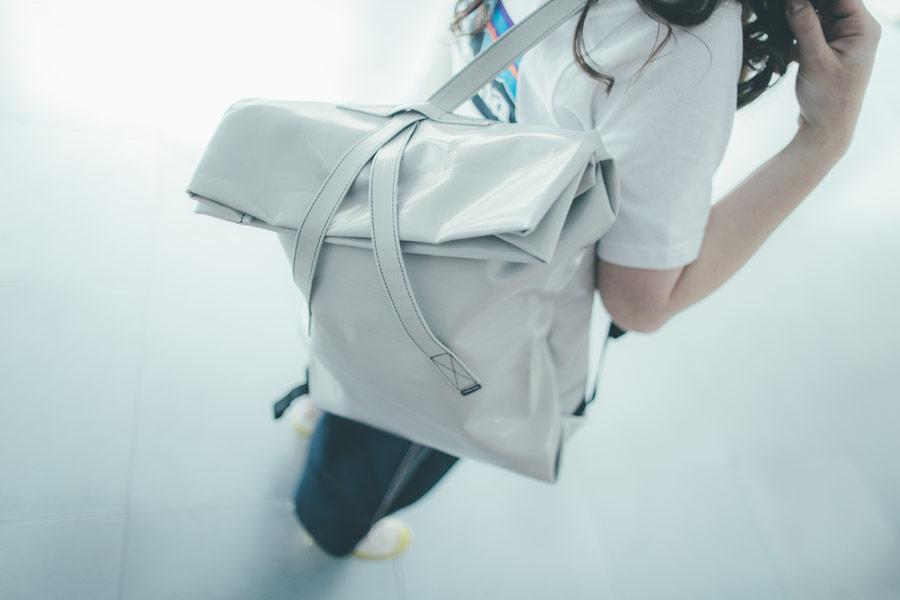 Freshlabels — udržitelná móda — sustainable — lookbook — šedý lesklý městský batoh