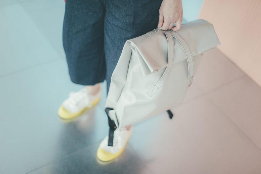 Freshlabels — udržitelná móda — sustainable — lookbook — šedý lesklý městský batoh — tenisky Novesta