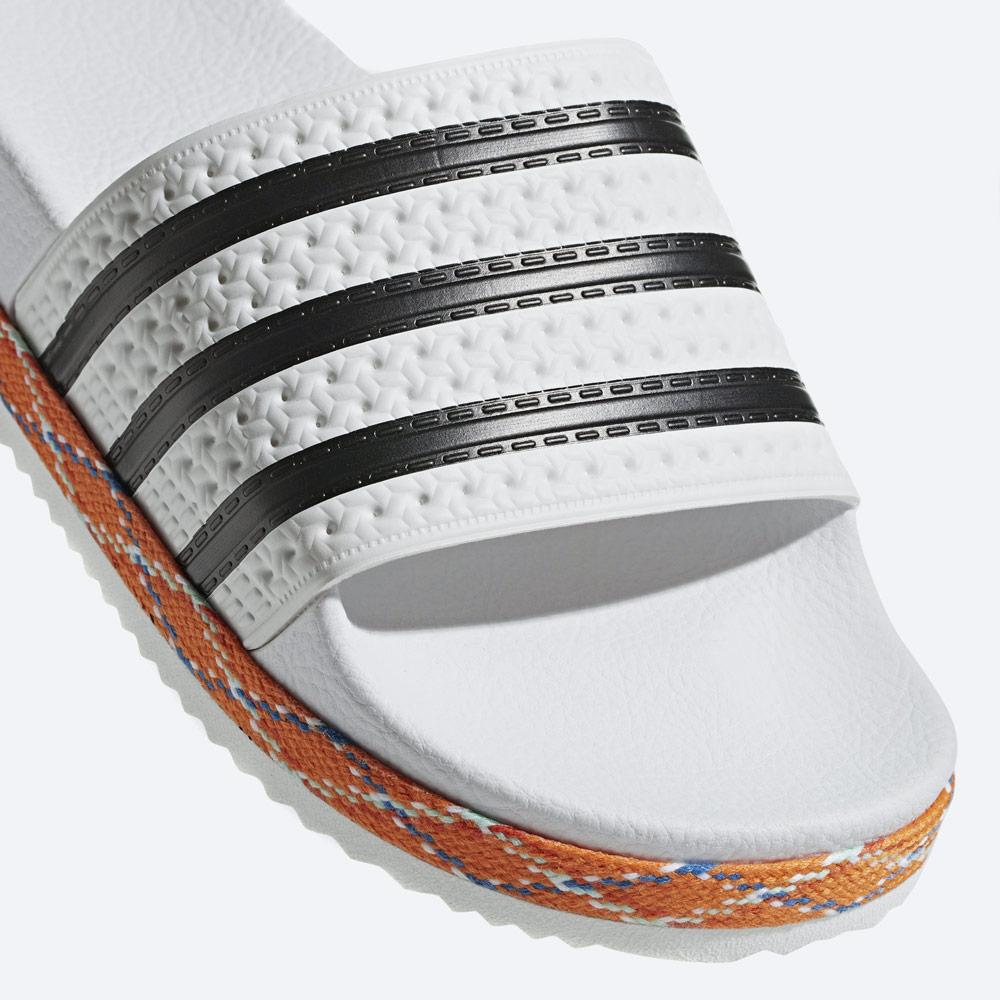 adidas Originals Adilette Bold — pantofle na platformě — dámské nazouváky — bílé, zdobené — detail — womens white platform slides