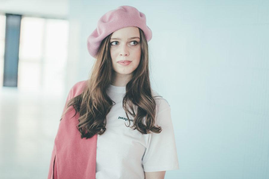Freshlabels — udržitelná móda — sustainable — lookbook — dámský růžový baret — bílé tričko Patagonia