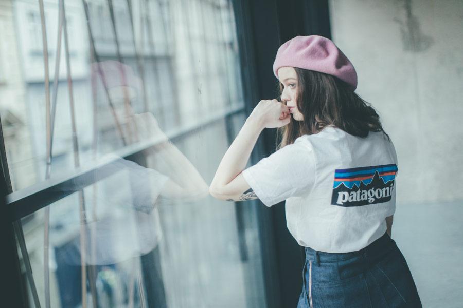 Freshlabels — udržitelná móda — sustainable — lookbook — bílé tričko Patagonia — dámský růžový baret