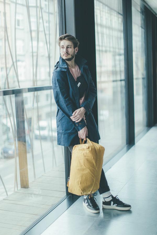 Freshlabels — udržitelná móda — sustainable — lookbook — pánská modrá parka Knowledge Cotton — žlutý plátěný batoh Millican — černé boty Veja
