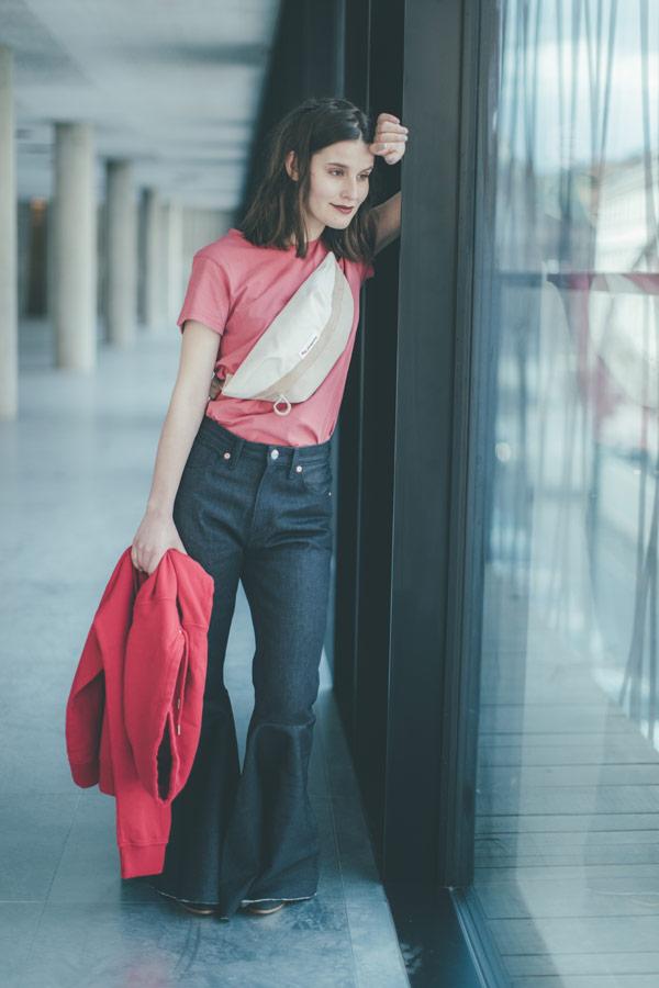 Freshlabels — udržitelná móda — sustainable — lookbook — dámské modré džíny do zvonu — růžové tričko — ledvinka Pinqponq