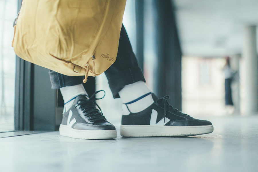 Freshlabels — udržitelná móda — sustainable — lookbook — černé boty Veja