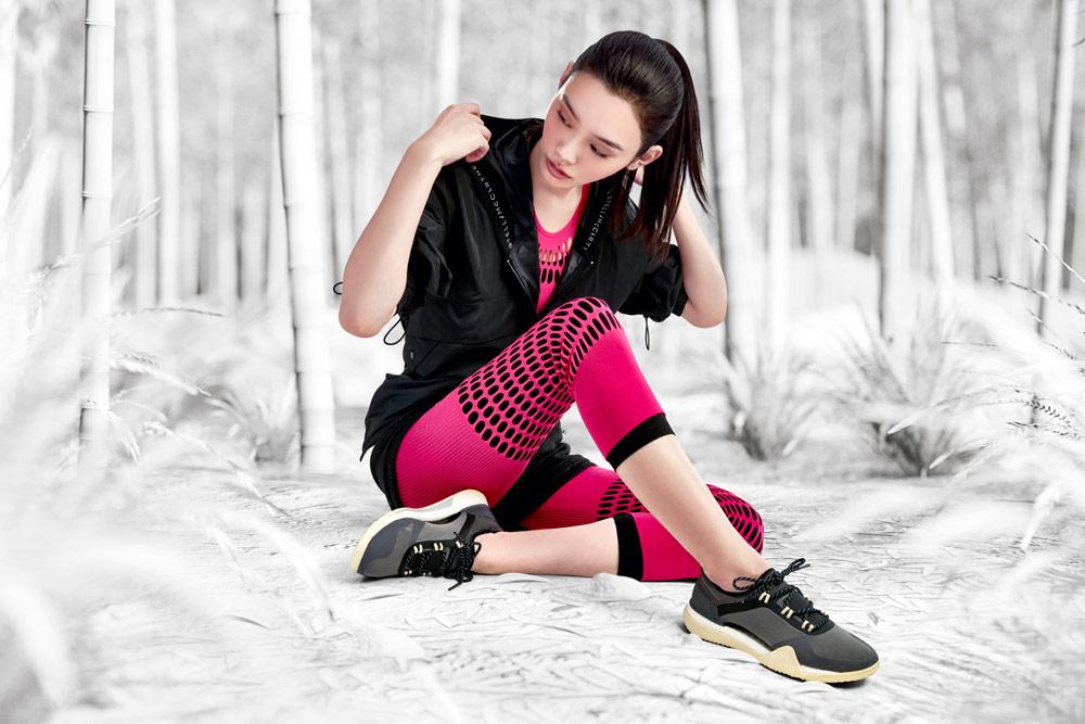 adidas by Stella McCartney — růžové legíny — boty PUREBOOST X TR 3.0 — černá sportovní bunda s kapucí — funkční sportovní oblečení — podzim/zima 2018