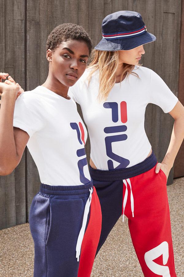 Fila — dámská bílá trička — dámské červeno-modré tepláky — sportovní oblečení — podzim/zima 2018