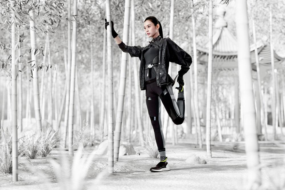 adidas by Stella McCartney — černé legíny — boty ULTRABOOST X ATR — černá sportovní bunda s kapucí — funkční sportovní oblečení — podzim/zima 2018