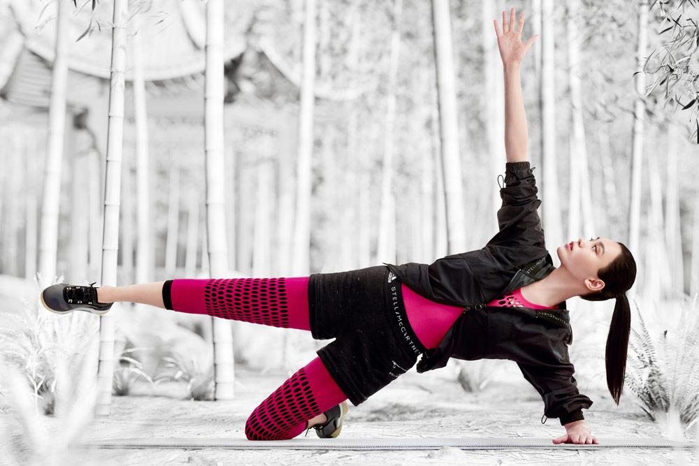 adidas by Stella McCartney — boty PUREBOOST X TR 3.0 — růžové legíny — černá sportovní bunda s kapucí — funkční sportovní oblečení — podzim/zima 2018