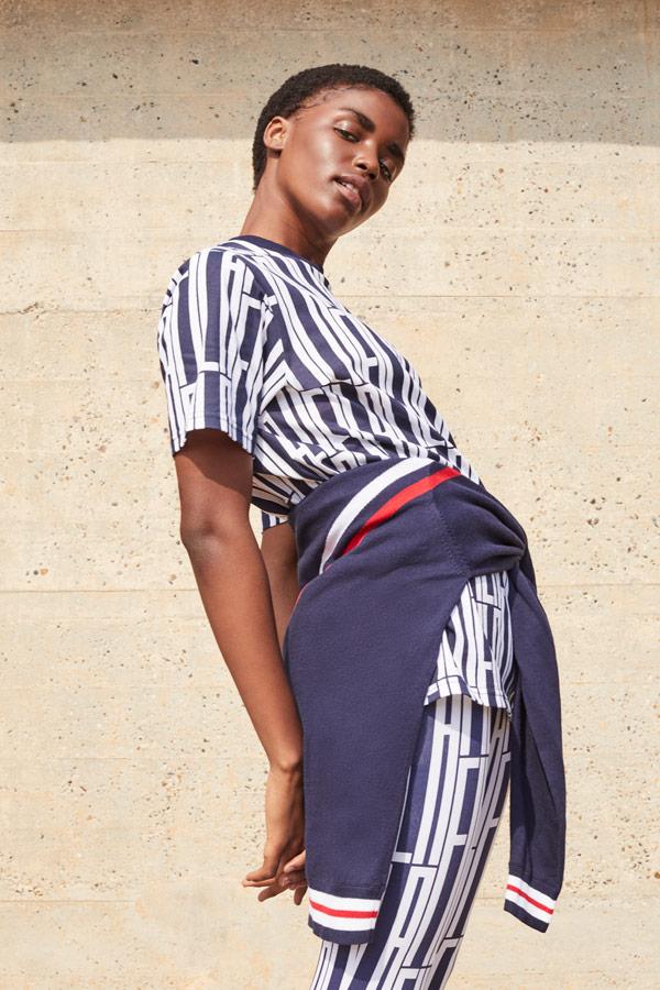Fila — dámské modro-bílé tričko s geometrickým vzorem — modro-bílé legíny — sportovní oblečení — podzim/zima 2018