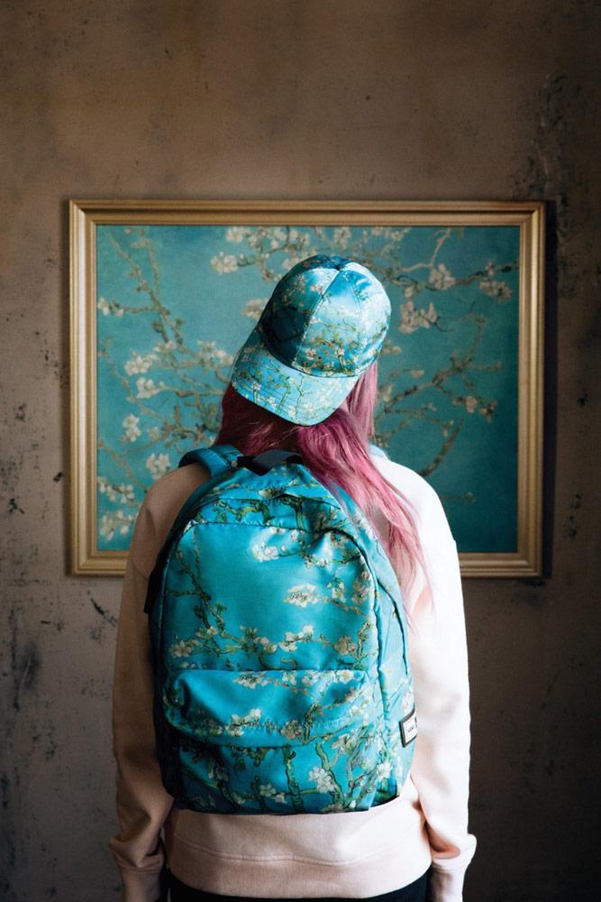 Vans x Van Gogh — modrý batoh — modrá saténová kšiltovka — Mandloň v květu