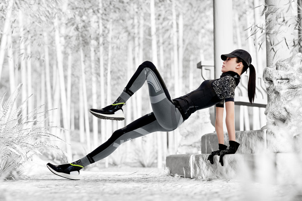 adidas by Stella McCartney — černé sportovní tílko — šedo-černé legíny — boty ULTRABOOST X ATR — funkční sportovní oblečení — podzim/zima 2018