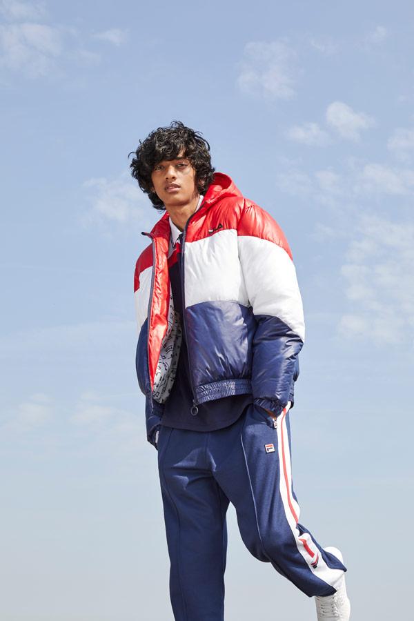 Fila — pánská modro-bílo-červená prošívaná bunda s kapucí — pánské modré tepláky — sportovní oblečení — podzim/zima 2018